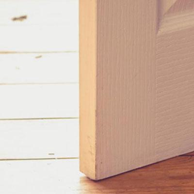 riparare porta che striscia